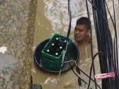 Любителя пива не остановило даже наводнение