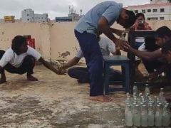 Трюкач, который умеет открывать бутылки головой, стал мировым рекордсменом