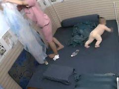 Малыш не упал с кровати благодаря быстрой маминой реакции