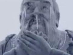 Студенты от души жалеют замёрзшего и простудившегося Конфуция