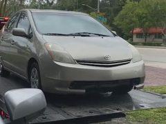 Автомобиль врезался в гаражные ворота по вине водителя эвакуатора