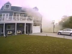 Полицейский быстро сообразил, как спасти собаку из горящего дома