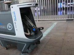 Робот-мусорщик бродит по улицам и удивляет прохожих