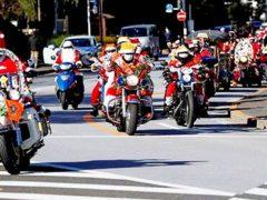 Санта-Клаусы сели на мотоциклы ради ежегодного парада