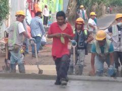 Влажный бетон не заставил прохожего свернуть с намеченного пути