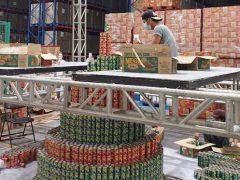 Банки с сардинами стали строительным материалом для рекордной праздничной ёлки