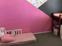 Девочка, которая спит на полу, вызвала в свой адрес немало сочувствия