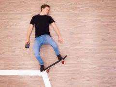Выдумщик поразил людей трюком со скейтбордом, три дня пролежав на полу
