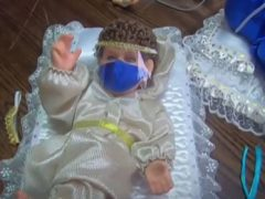 Младенца Иисуса одели в маску и защитный костюм