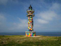 Обычный и неприметный маяк превратился в красочное произведение искусства