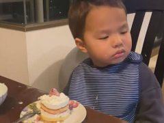 Засыпающий ребёнок не соблазнился даже вкусным пирожным