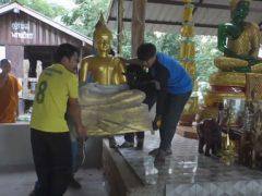 Кобра пробралась в храм и спряталась в священной статуе