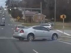 Неадекватный автомобилист напугал всех странным стилем вождения