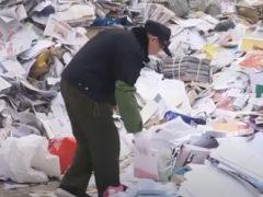 Дедушка работает среди мусора, чтобы искать выброшенные книги