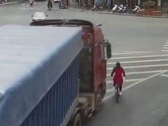 Попавшая под грузовик велосипедистка сумела сама выползти из-под него