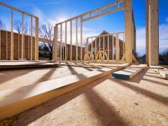 Быстрый монтаж уже готовых конструкций дома.