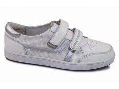 Стильное сочетание кроссовок с различными предметами гардероба