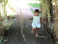 Везучая девочка даже не поняла, что её пыталась укусить змея