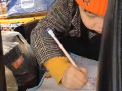Ученик нашёл необычное и забавное место для хранения карандаша