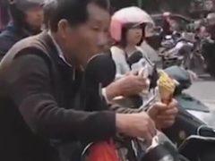 Дедушке, поджидавшему внука из школы, пришлось понервничать из-за мороженого