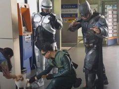 Супергерои возле банкомата собрали вокруг себя толпу зевак