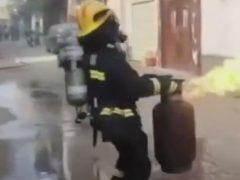 Героический пожарный не побоялся рискнуть жизнью