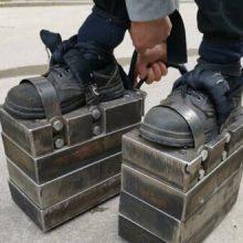 Мужчина уверяет, что тренировки в «железных ботинках» очень полезны