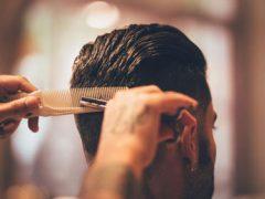 Споткнувшийся парикмахер чуть не закололся ножницами насмерть