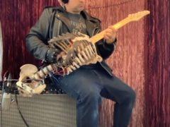 Скелет покойного дяди превратился в удивительную и жутковатую гитару