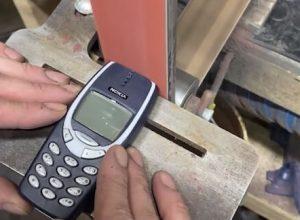 Старый телефон уничтожили необычным и зрелищным способом