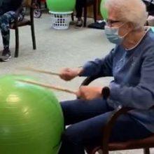 Барабаны, сделанные из гимнастических мячей, стали отличным развлечением для пожилых
