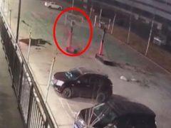 Припаркованные машины пострадали от «одержимой» баскетбольной стойки