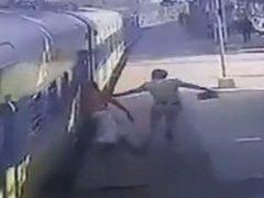 Пассажир не успел на поезд, но хотя бы не лишился жизни
