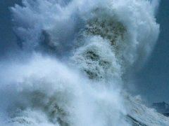 Фотограф запечатлел не только волны, но и морского бога