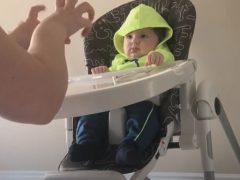 Мамины пальцы кажутся малышу самой смешной вещью в мире