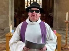 Викарий во время службы примерил шляпу и чёрные очки