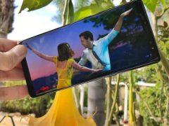Выдумщик носит с собой два смартфона, чтобы забавно изменять реальность