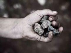 Родственники страдают от паранормальной силы, закидывающей их дом камнями