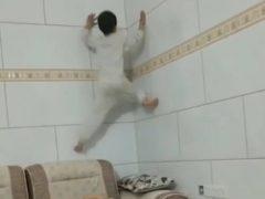 Маленький человек-паук умеет лазать по стенам