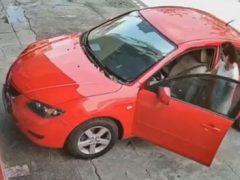Красивая машина красного цвета была повреждена нелепым образом