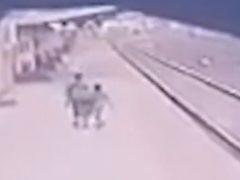 Железнодорожник рискнул жизнью, чтобы спасти мальчика