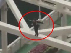 Девушку, устроившую танцы на мосту, приняли за самоубийцу