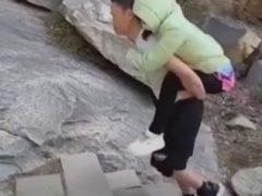Любящий муж носит парализованную жену на вершину горы