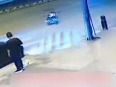Малыша в укатившейся коляске спас автомобилист с отличной реакцией