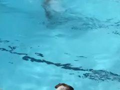 Верная собака не допустит, чтобы хозяева утонули в бассейне