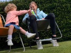 Садовые кресла сыграли с мамой и дочкой злую шутку
