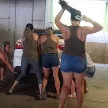 Энергичные девушки передвинули мешавшую им машину