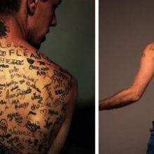 На спине рекордсмена имеется самое большое количество татуировок-автографов