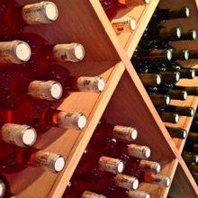 Власти награждают долгожителей большим запасом вина