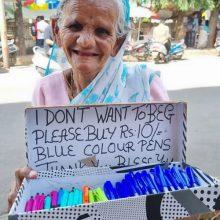 Старушка отказывается просить милостыню и вместо этого продаёт ручки